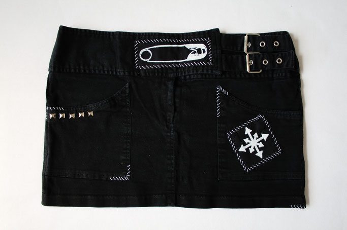 4 neue Röcke - patches & studs Aufnäher Jeansrock schwarz - Zebraspider DIY Anti-Fashion Blog
