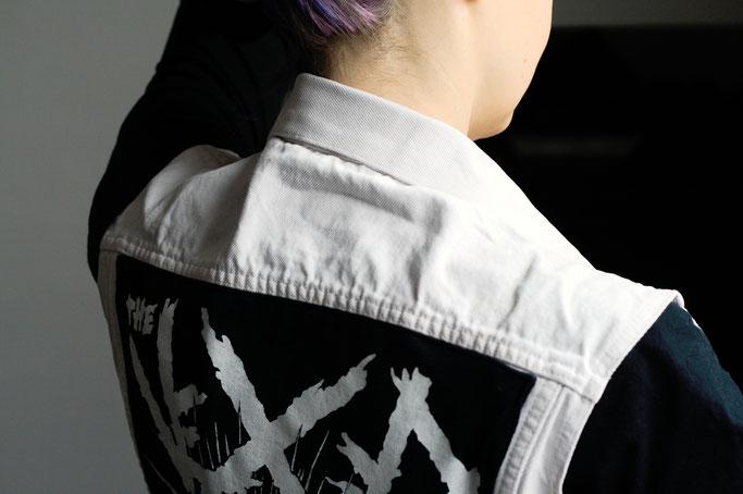 Mehr schwarz auf der weißen Weste - Schulter und Kragen vorher - Zebraspider DIY Anti-Fashion Blog