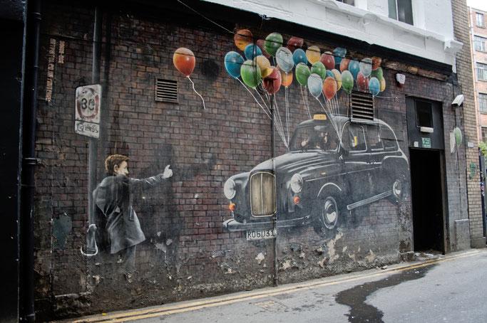 Ein paar Stunden in Glasgow - Streetart Taxi mit Luftballons - Zebraspider DIY Anti-Fashion Blog
