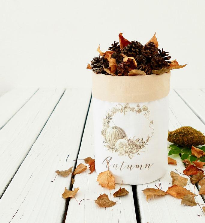 DIY Herbstdekoration bedruckter Stoffbeutel gefüllt mit Blättern und Zapfen