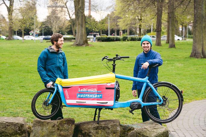 """Lukas Stahl und Johannes Buldmann haben jüngst das erste freie Lastenrad in Witten initiiert - die """"Pottkutsche"""" (Foto: Pottkutsche)."""
