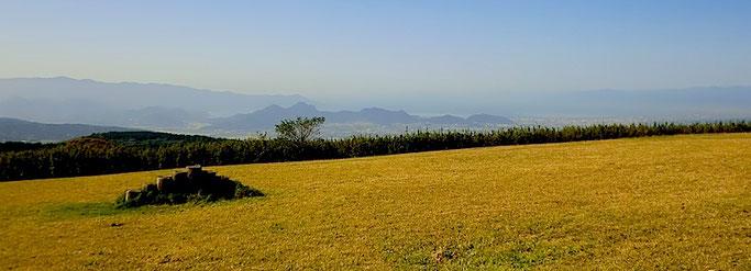 十国峠・沼津アルプス(中央)、金冠山、達磨山(奥)