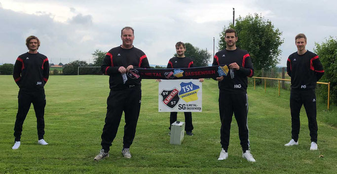von links nach rechts: Jannick Will (Fußballfachwart SV Ilmetal), Tino Huchthausen (Trainer), Andreas Zeitz (Betreuer), Marius Guse (Spieler, Co-Trainer), Fabian Golze (Fußballfachwart SV Ilmetal)