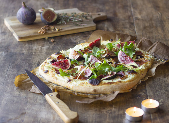 Pizza blanche aux fromages italiens, jambon prosciutto, & figues