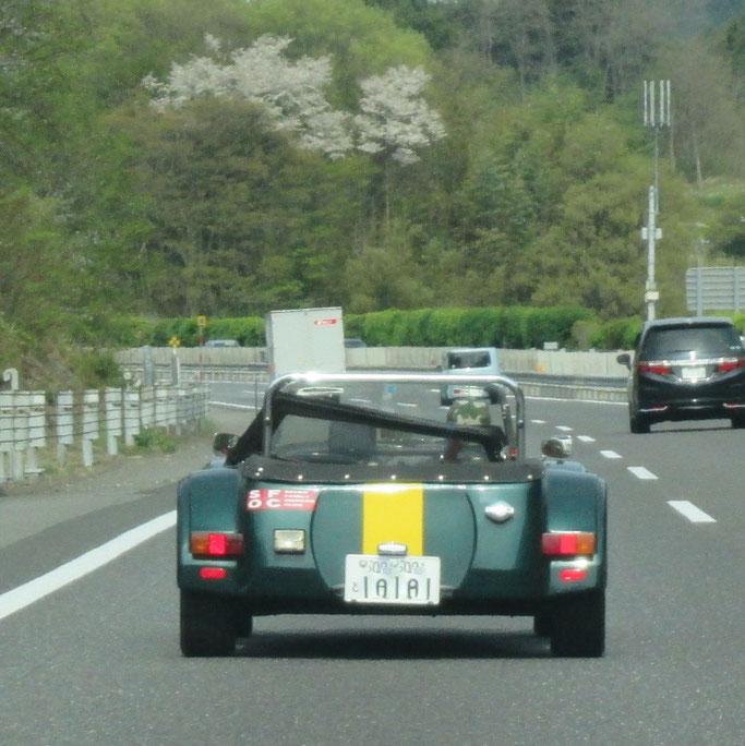 帰りに「ロータススーパー7」スタイルの車が走ってました。好きだなぁ、その走る姿勢。