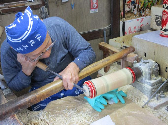 久しぶりに岡﨑斉さんのこけし造り、見学しました。