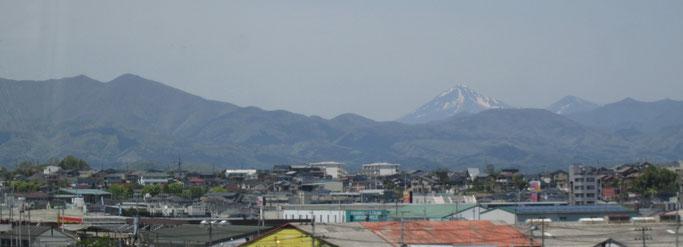 残雪の磐梯山、手前左側が「安積山」です(5/11撮影)