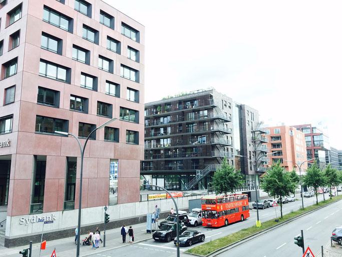 Strassenansicht Sandtorkai Hafencity Hamburg