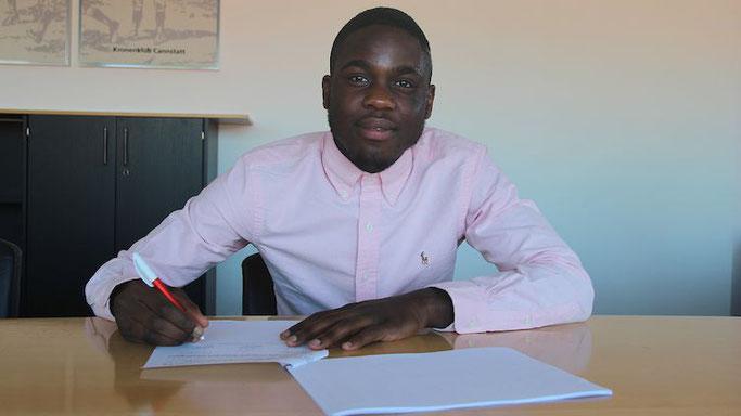 Orel Mangala bei seiner Unterschrift in Stuttgart (Foto: vfb.de).