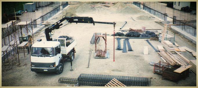 Fotografia con cantiere aperto, veicoli e strumenti della Emax Costruzioni