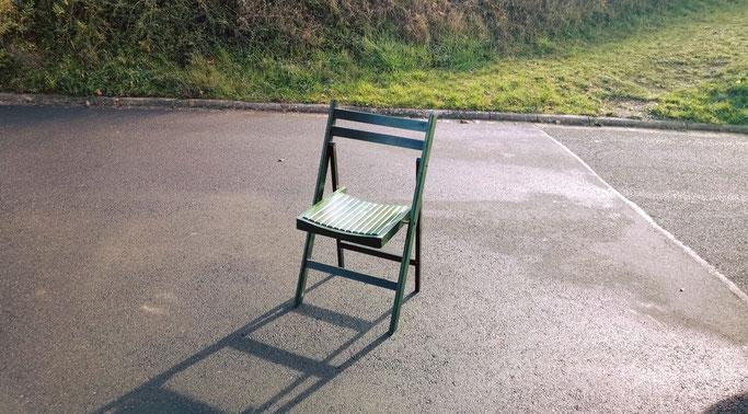 Auf meiner Tour hab ich mit Liedern aus den letzten 15 Jahren meine Geschichte erzählt. Zusätzlich stand dieser Stuhl neben mir auf der Bühne und Jede*r war eingeladen mich dort zu besuchen und etwas zu erzählen, Fragen zu stellen oder einfach zuzuhören.