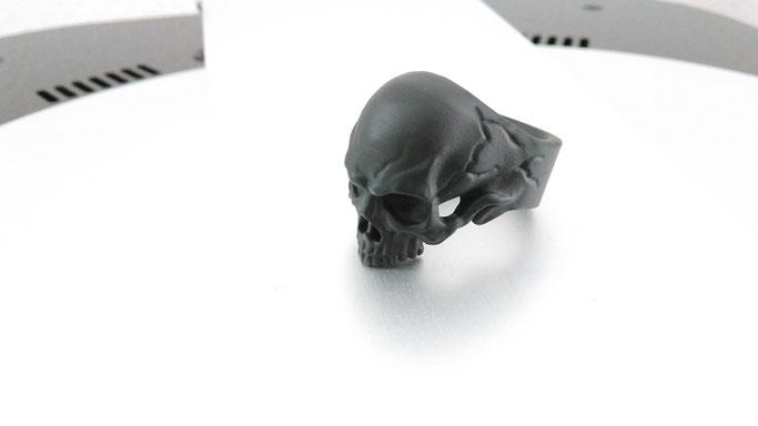 Schädelring aus schwarzem Standardharz.