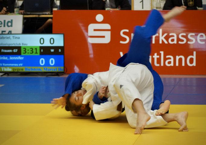 Auf den Bildern ist Tina Gabriel ( weiß) im Kampf gegen Jennifer Rinke aus Rammenau (blau) im Vorrundenkampf der Landesmeisterschaft -57kg zu sehen