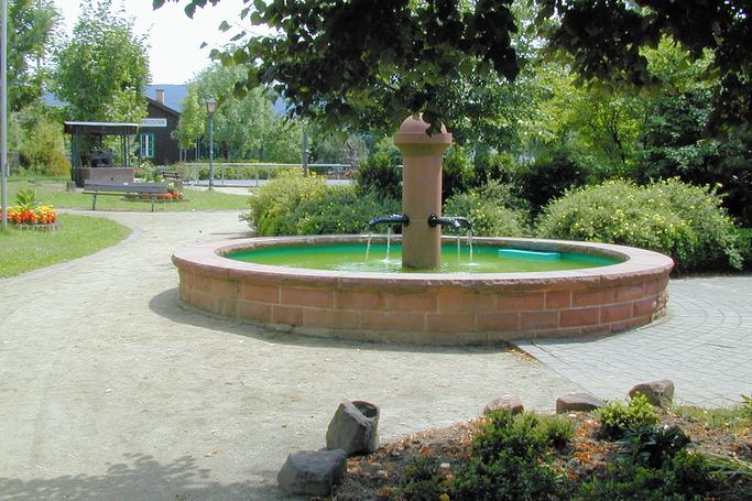 Der Dorfbrunnen am Bahnhof