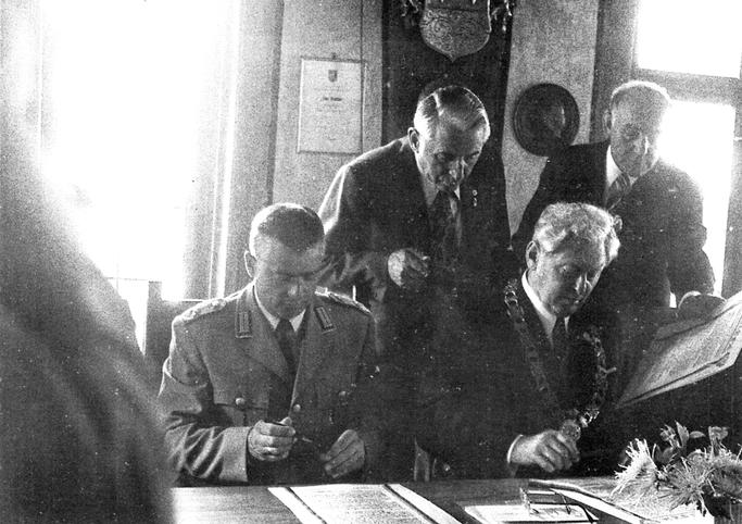Unterzeichnung der Patenschaftsurkunde in Michelstadt 1974