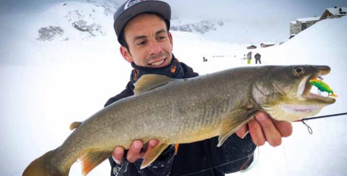Fischer hat Glück und fängt einen kapitalen Namaycush (Amerikanischer Seesaibling) mit dem neuen Super Eisfischer-Köder Stucki Fanatics Vertical Bouncer.