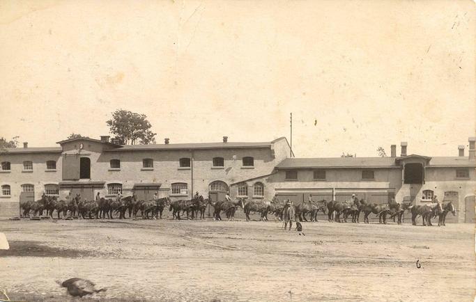 Gustav Wohltmann im Vordergrund vor dem heutigen Kuhstall (rechte Seite)