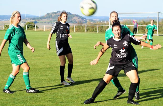 Tessa Eisenberg (vorn am Ball) mit Sturmpartnerin Lara Backes (2. von links) erzielte den 4:0-Zwischenstand beim Sieg der FSG Ebsdorfergrund über den SSV Endbach/Günterod