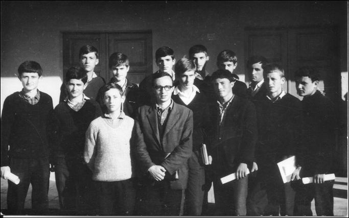 Olimpiada e parё e matematikёs, Burrel, 24 prill 1970  Grupi i nxënёsve fitues, nё qendёr Albert Frashёri