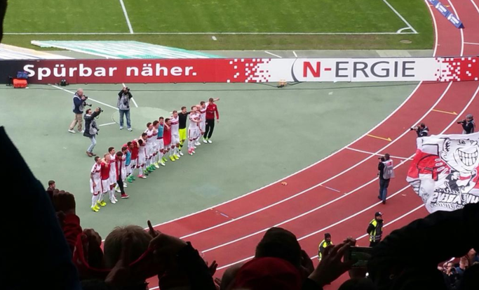 Die zahlreich mitgereisten VfB-Fans sorgten für eine Heimspiel-Atmosphäre in Nürnberg, für die sich die Mannschaft in gewohnter Manier nach Abpfiff bedankte. (Foto: eigene Aufnahme)