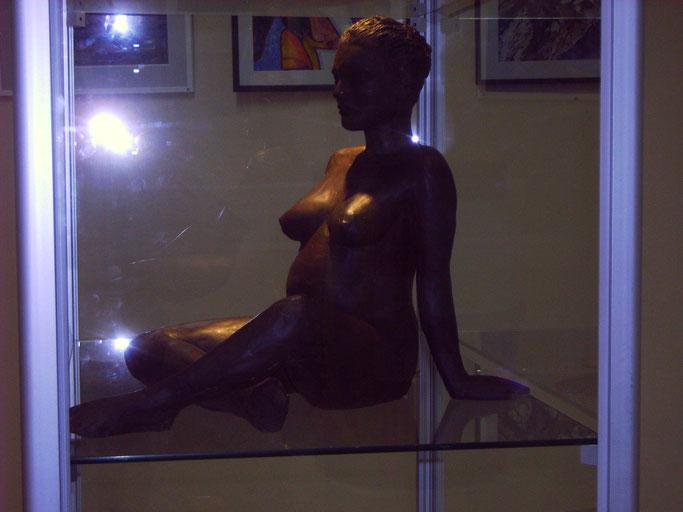 sculpture femme enceinte. nue,assise.nouveausculpteur