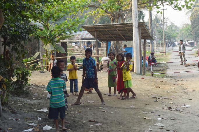 (右奥)ロヒンギャのクラス地域を隔てる柵    手前左手にヒンドゥ教徒の集住する地域がある