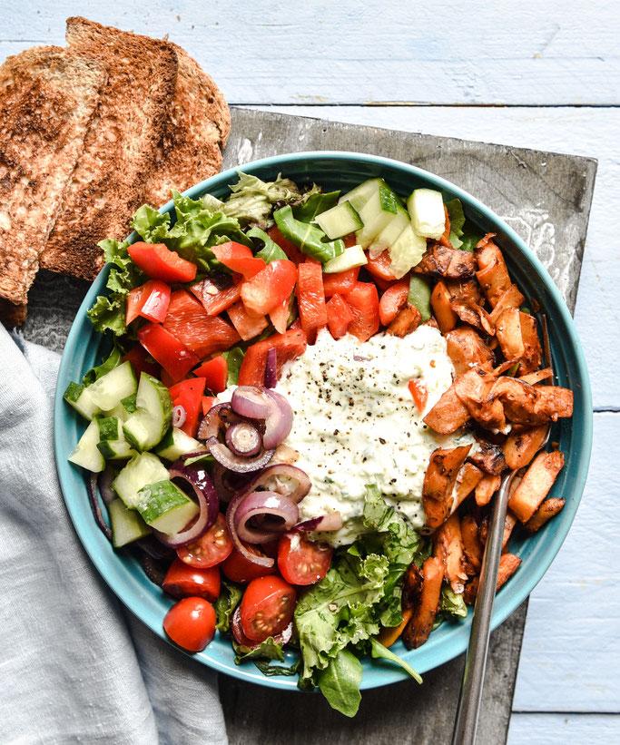 Gyros Salat Bowl mit Tzatziki Joghurt Dressing, Paprika, Wildkräutersalatblättern, Tomaten, rote Zwiebeln, Veggie-Gyros