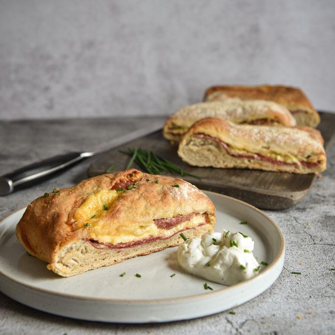 Handbrot selbst gemacht mit Salami und Käse und einem Teil Roggenmehl, Thermomix, vegetarisch, vegan möglich