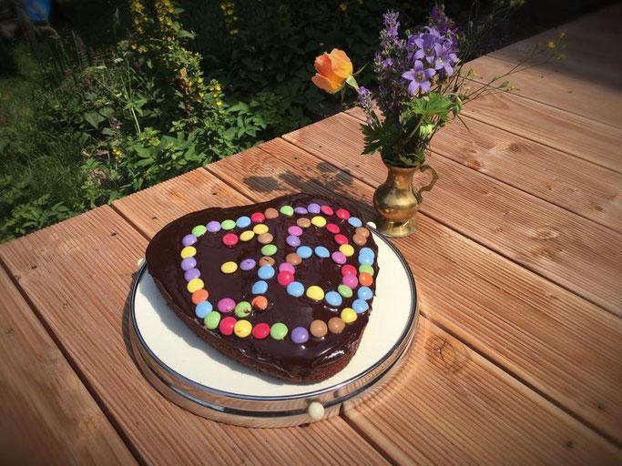 Schokokuchen mit Smarties für Kindergeburstag Geburstagskuchen vegan Schokokuchen wie Brownies lecker und einfach