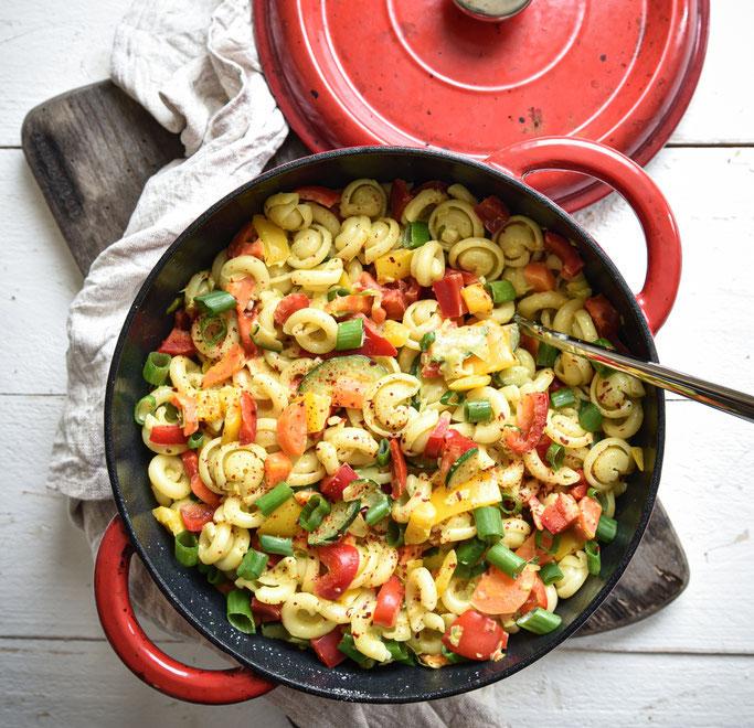Curry Nudeltopf mit Paprika, Möhren, Frühlingszwiebeln, Zucchini