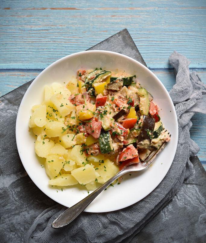 Pesto-Gemüse mit Zucchini, Paprika, Aubergine, gedünstet im Thermomix, mit selbst gemachtem Pesto vermischt, dazu Kartoffeln, Mittagessen vegetarisch
