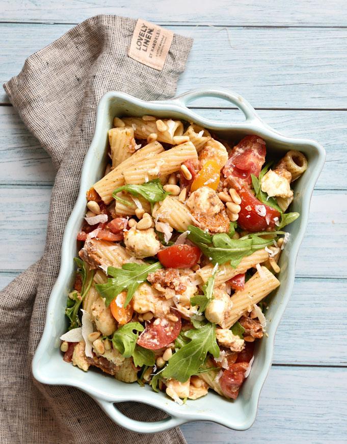 Marshas Nudelsalat, der weltbeste Nudelsalat mit getrockneten Tomaten, Rucola, Pestodressing etc., vegetarisch, vegan machbar