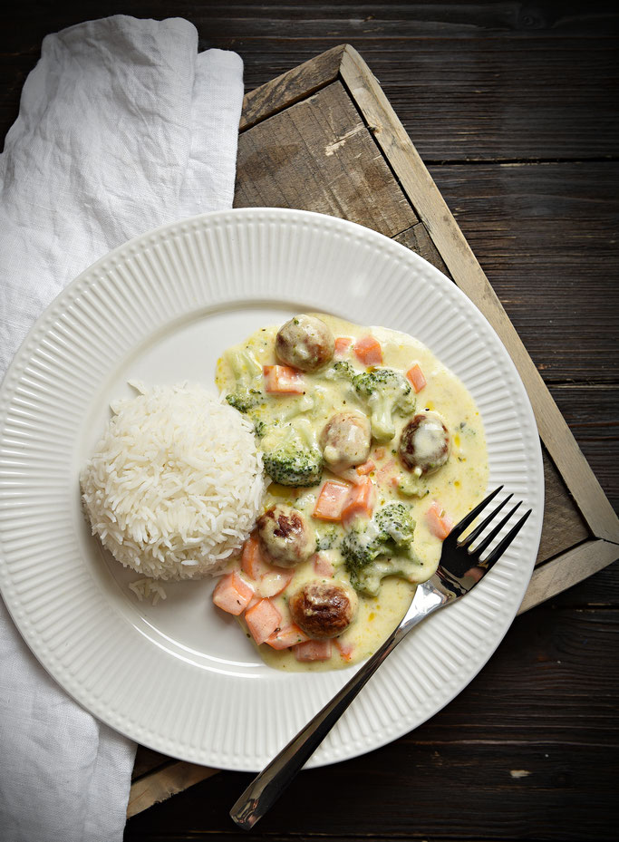 Brokkoli Möhren mit Bratwurstklößchen in einer sämigen Frischkäsesoße mit Reis