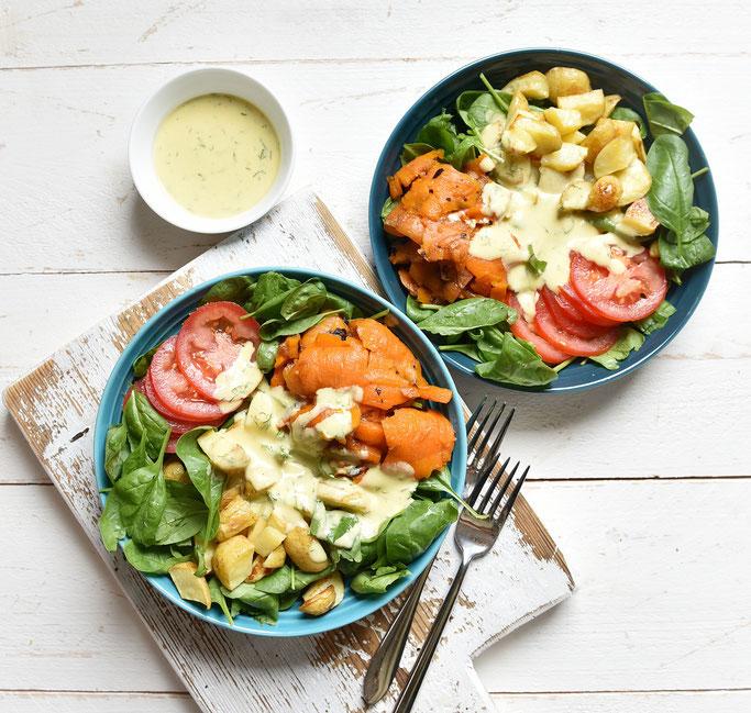 Lachs Bowl mit Backkartoffeln, Spinat, Tomaten und Senf Dill Dressing, vegan & vegetarisch machbar