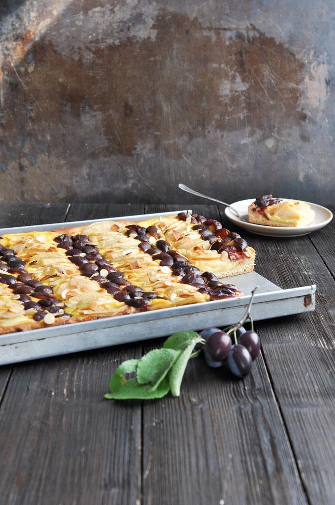 Apfelkuchen vom Blech mit Zwetschgen und einer Vanillecremefüllung aus Schmand, Quark und Vanillepudding, perfekte Alternative zu klassischem Apfelkuchen bzw. Zwetschgenkuchen