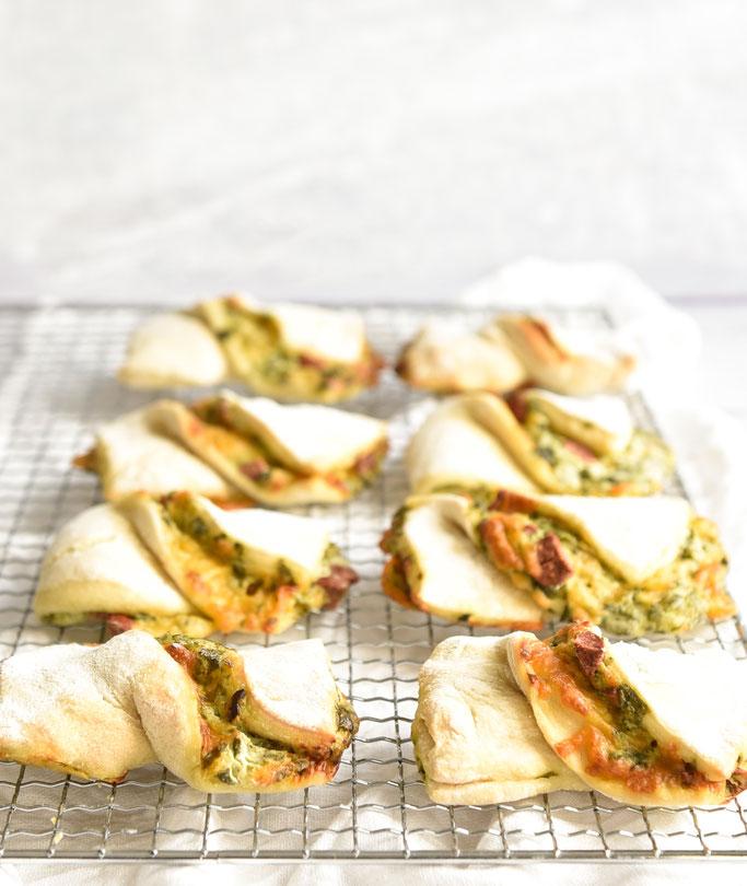 Bärlauch Schleifen mit Schmand, (vegetarischen) Salamiwürfeln und Käse, vegetarisch, vegan machbar, z.B. Thermomix