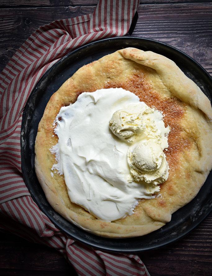 Pizza Vanessa - karamellisierter Pizzaboden, dazu Sahne und Vanille-Eis, als Dessert