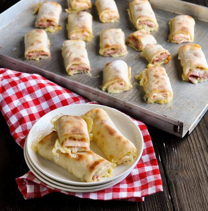Pizza Rollen, fantastischer Snack, einfach selbst gemacht, gefüllt mit Käse und Salami oder Schinken, vegetarisch vegan möglich