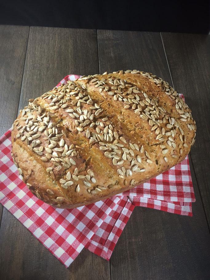 Marathonbrot, Brot aus Dinkelmehl mit Roggenmehl und etwas Weizenmehl mit Möhren und Sonnenblumenkernen, Teig aus dem Thermomix gemacht, gebacken im Zaubermeister