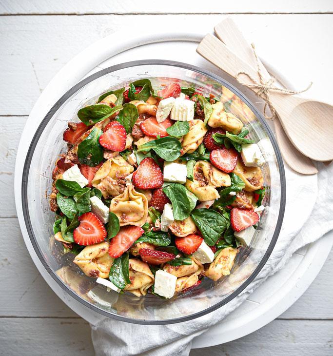 Erdbeer Tortellini Salat mit Feta und Feldsalat