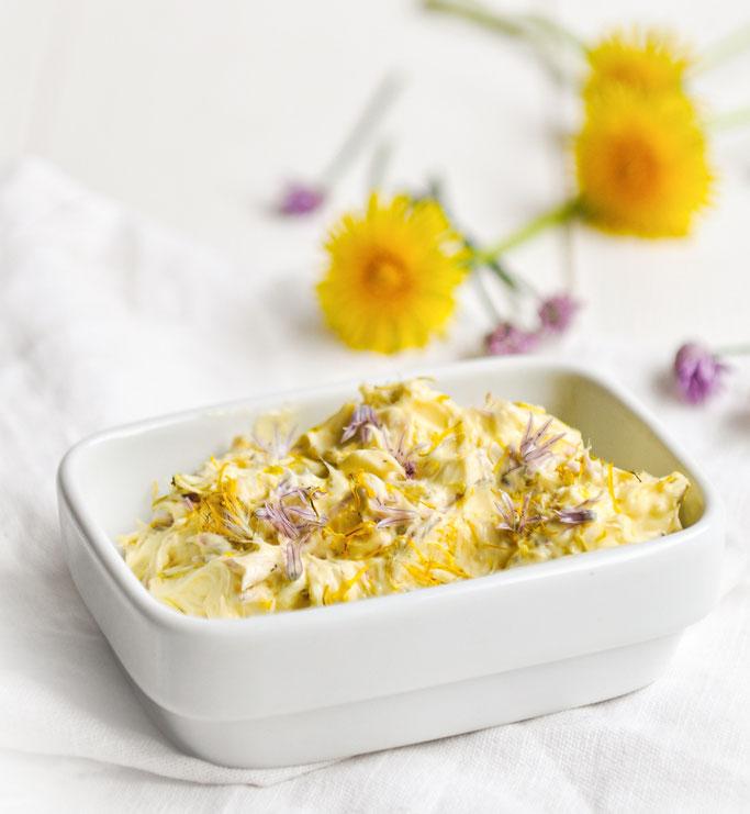 Schnittlauchblüten- und Löwenzahnblüten Butter, hübsch und lecker, z.B. Thermomix, vegan möglich