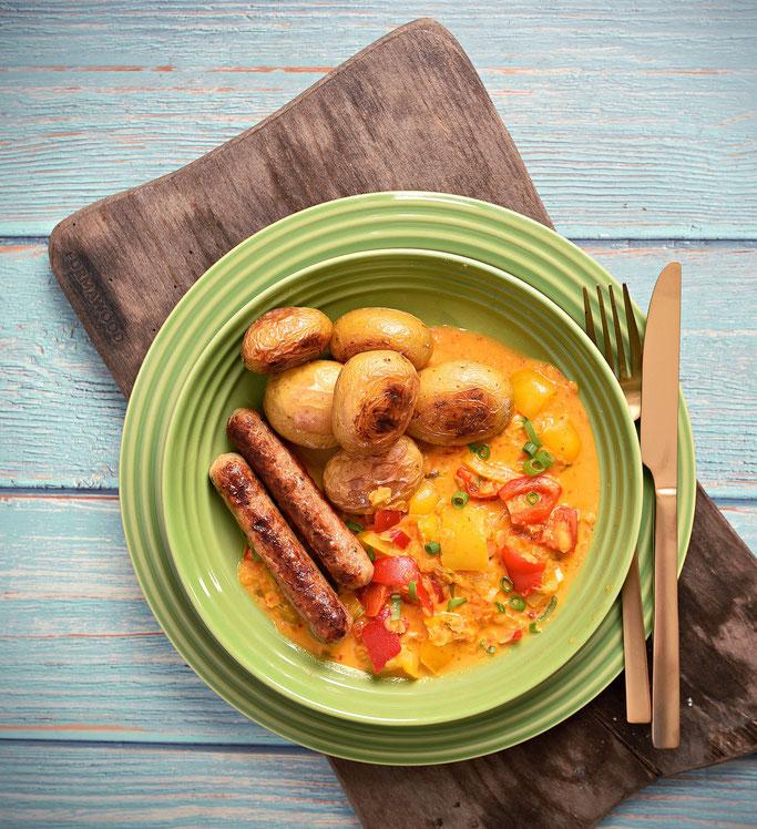 Backkartoffeln mit Paprika-Linsen-Gemüse und Würstchen