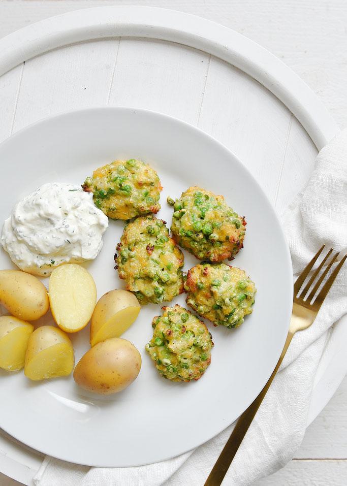 Erbsen-Käse-Nuggets mit Kartoffeln und Dip, vegetarisches Mittagessen, Thermomix