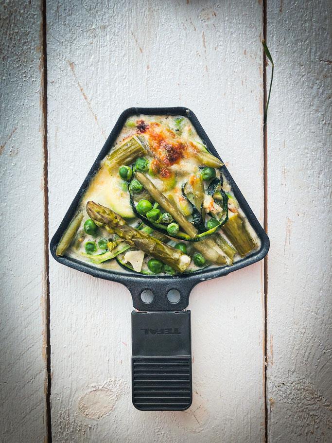 Outdoor Raclette, Frühlings-Pfännchen, vegetarisch, mit Spargel, Bohnen, Erbsen und Zucchini