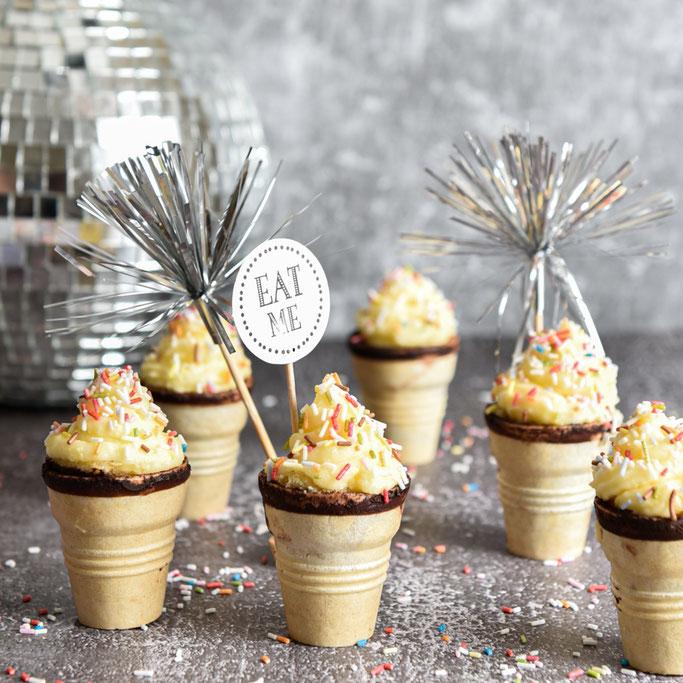 Softeis Cupcakes, kleine Mini Kuchen im Waffelbecher mit Frosting, vegan machbar