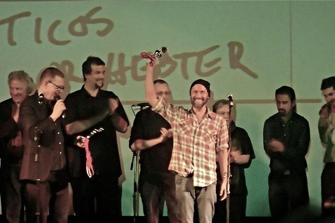 2. Siegerpose! Auch auf dem Foto (von links nach rechts: Bernard G. Müller, Tilo Strauss, Denis Scheither, Max Grell, Balladenschwein, Ticos Orchester, Foto: Arne Krüger)
