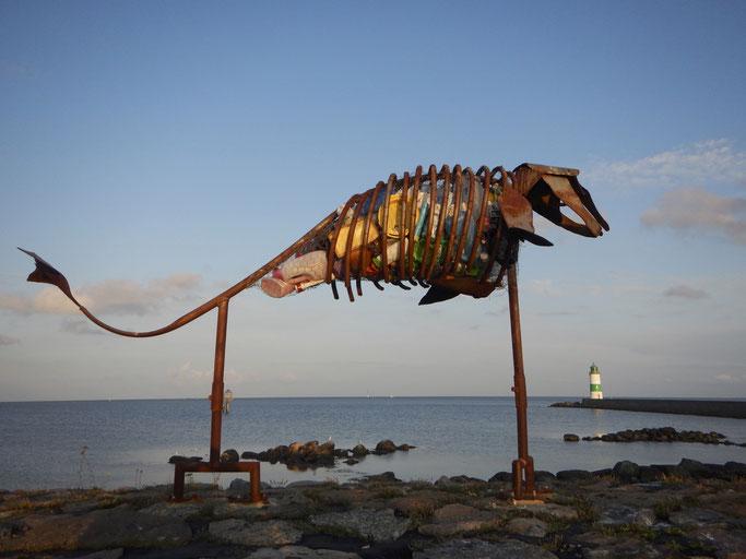 Skulptur als Mahnung gegen die Verschmutzung der Meere in Schleimünde