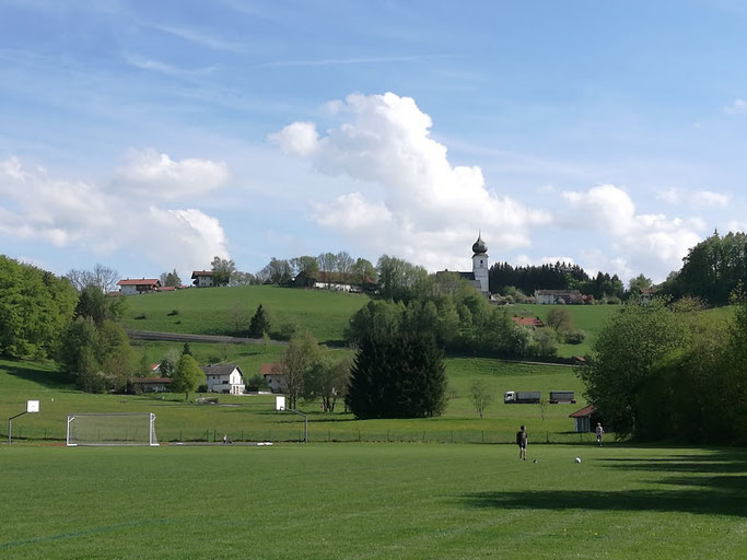 Fußballkultur in Surberg: Sportplatz und Kirche