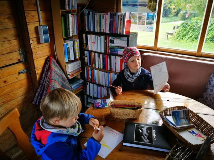 Kinder malen in der Bücherhütze