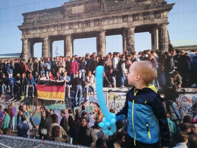 Hier feiern die Deutschen, dass die Mauer endlich fertiggeworden ist!